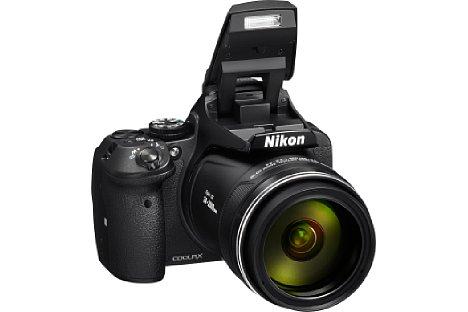 Bild Der integrierte Blitz klappt bei der Nikon Coolpix P900 besonders hoch aus, was Abschattungen durch das Objektiv sowie rote Augen vermeidet beziehungsweise vermindert. [Foto: Nikon]