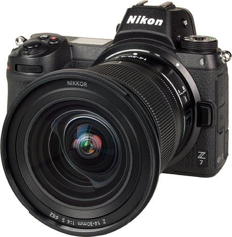 Bild Mit 82 Millimetern fällt das lediglich aus Kunststoff bestehende Filtergewinde des Nikon Z 14-30 mm 1:4 S ziemlich groß aus. Dank der Fluorvergütung ist die Frontlinse schmutzabweisend. [Foto: MediaNord]