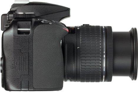 Bild Der Handgriff der Nikon D3400 ist dank des Gummibelags rutschfest, dürfte für europäische Männerhände aber gerne noch ein wenig größer ausfallen. [Foto: MediaNord]