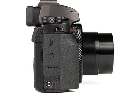 Bild Auf der rechten Gehäuseseite der Canon PowerShot G5 X befinden sich neben der Micro-HDMI-Buchse auch noch eine Micro-USB-Schnittstelle sowie ein Klinken-Kabelfernauslöseranschluss. [Foto: MediaNord]