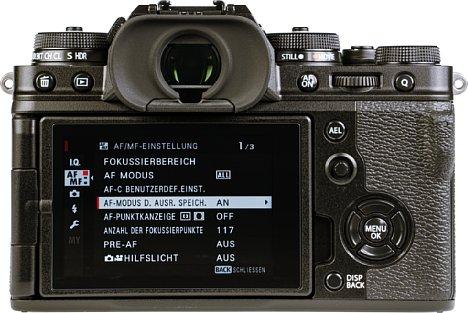 Bild Der bewegliche Monitor der Fujifilm X-T4 besitzt eine Touchfunktion und lässt sich für den Transport zur Kamera klappen. [Foto: MediaNord]
