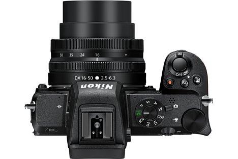 Bild Mit einem Blitzschuh, Sucher, Programmwählrad und zwei Multifunktionsrädern ist die Nikon Z 50 eine spiegellose Systemkamera für ambitionierte Fotografen, aber auch Einsteiger sollten mit ihr zurechtkommen. [Foto: Nikon]