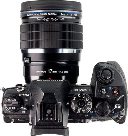 """Bild Die hohe Lichtstärke des Olympus 17 mm 1.2 ED Pro wird nicht nur durch einen hohen Preis """"erkauft"""", sondern auch durch ein hohes Gewicht und vor allem große Abmessungen, wie man hier unschwer im Vergleich mit der OM-D E-M1 Mark II sehen kann. [Foto: MediaNord]"""