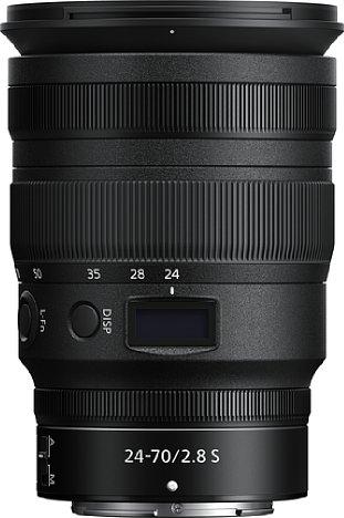 Bild Drei EInstellringe, zwei Knöpfe, einen Schalter sowie ein Status-OLED besitzt das Nikon Z 24–70 mm 2,8 S. [Foto: Nikon]