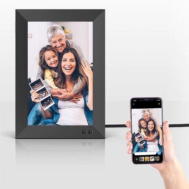 Bild Die Nixplay-Bilderrahmen können unter anderem vom Smartphone aus mit neuen Bildern versorgt werden. Die Übertragung läuft nicht direkt, sondern über die Nixplay-Cloud. [Foto: Nixplay]