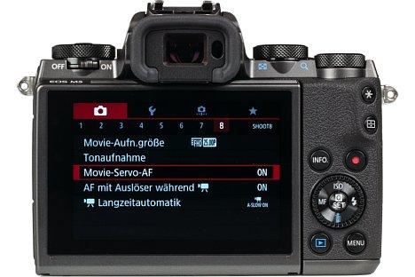 Bild Der mit acht Zentimetern angenehm große Touchscreen der Canon EOS M5 bietet mit 1,6 Millionen Bildpunkten eine feine Auflösung. Er kann um 85 Grad nach oben sowie um 180 Grad nach unten geklappt werden, taugt somit also auch für die beliebten Selfies. [Foto: MediaNord]