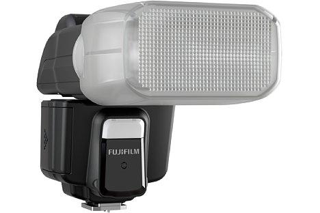 Bild Zum Lieferumfang des Fujifilm EF-60 gehört eine aufsteckbare Softbox. [Foto: Fujifilm]