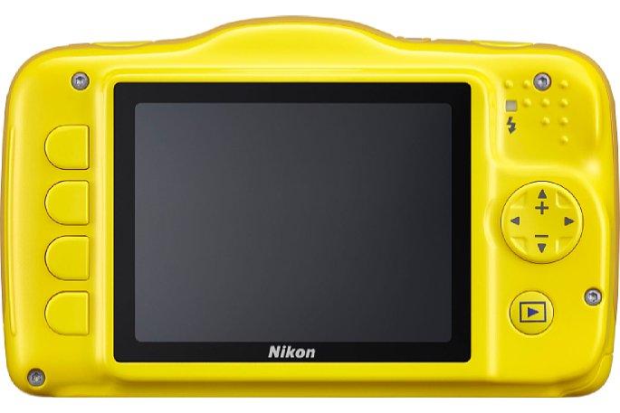 """Bild Die Rückseite der Nikon Coolpix S32 mit dem großen Monitor. Links daneben die vier """"Soft-Tasten"""". Deren aktuelle Funktion wird jeweils auf dem Bildschirm angezeigt. [Foto: MediaNord]"""