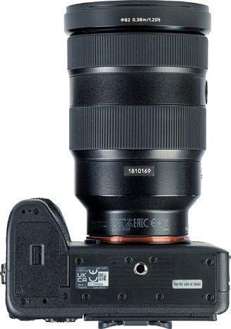 Bild Das Stativgewinde der Sony Alpha 1 sitzt in der optischen Achse. Der Akku reicht für 430 Aufnahmen mit Sucher oder 530 Aufnahmen mit Bildschirm. Dank optionalem Akkugriff und USB-C mit Ladefunktion und Stromversorgung lässt sich die Laufzeit verlängern. [Foto: MediaNord]
