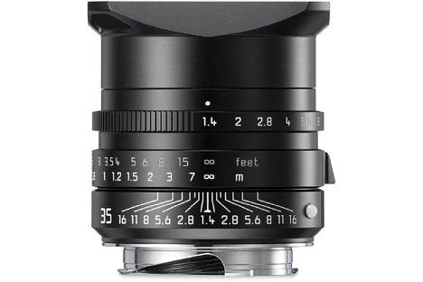 """Bild Die Beschriftungen des Leica Summilux-M 1:1.4/35 Asph. """"Leitz Wetzlar"""" sind in Grau und Weiß ausgelegt, zusätzlich gibt es eine Gravur """"Leitz Wetzlar"""". [Foto: Leica]"""