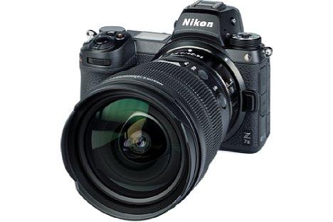 """Bild Das Nikon Z 14-24 mm F2.8 S besitzt eine gewölbte Frontlinse und eine fest eingebaute """"Mini""""-Sonnenblende, so dass ein konventioneller Objektivdeckel die Aussparungen nicht verschließt. Ein passender Deckel gehört selbstverständlich zum Lieferumfang. [Foto: MediaNord]"""