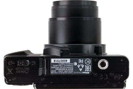 Bild Auf der Unterseite der Coolpix A900 ist das Stativgewinde zu sehen, das nicht in der optischen Achse liegt. [Foto: MediaNord]
