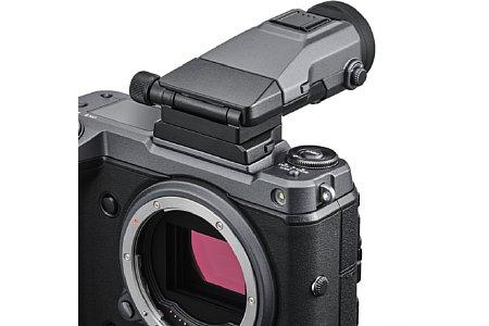 Bild Der bereits von der GFX50S und GFX50R bekannte Winkelsucher-Adapter EVF-TL1 passt auch unter den Sucher der Fujifilm GFX100. [Foto: Fujifilm]