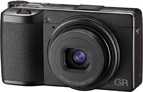 Bild Die Ricoh GR III ist mit Abmessungen von 109 mal 62 mal 33 Millimeter die kleinste APS-C-Kompaktkamera und fällt mit 257 Gramm auch recht leicht aus. Dennoch stecken ein Metallgehäuse und ein Sensor-Shift-Bildstabilisator in der Kamera. [Foto: Ricoh]