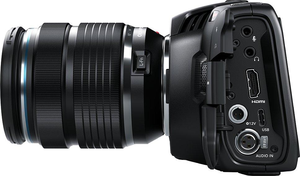 Bild Blackmagic Pocket Cinema Camera 4K: Üppige Anschlüsse alle aufgeräumt auf einer Gehäuseseite. Mini-XLR und Stromversorgung sind mit Verriegelung. Die Rückseite ist um ca. 15 Grad geneigt, sodass man den Monitor meist gut einsehen kann. [Foto: Blackmagic]