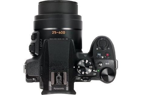 Bild Der ausgeprägte Handgriff ermöglicht die wunderbare Ergonomie der Panasonic Lumix DMC-FZ300. Hinzu kommen viele Bedienelemente für den direkten Zugriff auf die wichtigsten Aufnahmeeinstellungen. [Foto: MediaNord]