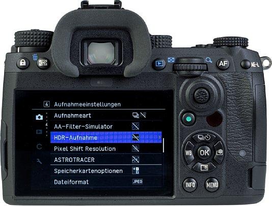 Bild Der 8,1 Zentimeter große Touchscreen der Pentax K-3 Mark III ist nicht beweglich. Trotz des großen Bildschirms bleibt auf der Rückseite genug Platz für zahlreiche Bedienelemente. Der Prismensucher bietet eine hohe Vergrößerung. [Foto: MediaNord]