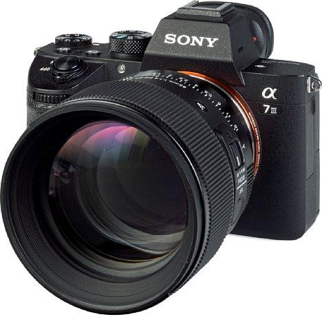 Bild Trotz der großen Frontlinse ist dasSigma 85 mm F1.4 DG DN Art an der Sony Alpha 7R III nur leicht kopflastig. [Foto: MediaNord]