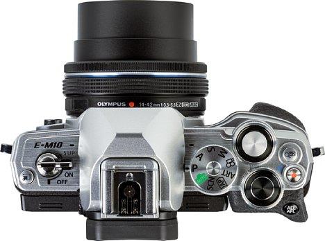 Bild Die Oberseite derOlympus OM-D E-M10 Mark IVist mit Bedienelementen gefüllt. [Foto: MediaNord]
