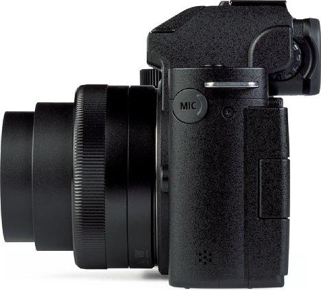 Bild Auf der linken Gehäuseseite der Panasonic Lumix DC-G110 ist lediglich der 3,5 mm Stereo-Mikrofonanschluss zu finden, der ebenfalls von einem Gummistöpsel vor dem Eindringen von Schmutz geschützt wird. [Foto: MediaNord]