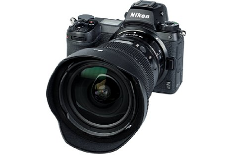 Bild Zum Lieferumfang des Nikon Z 14-24 mm F2.8 S gehören gleich zwei abnehmbare Streulichtblenden. Die hier abgebildete HB-96 ist die kleinere davon, sie kann zum Transport verkehrt herum montiert werden und der normale Deckel passt wie üblich. [Foto: MediaNord]