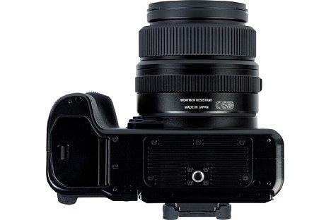 Bild Das Metallstativgewinde der Fujifilm GFX100S sitzt in der optischen Achse und ist weit genug vom Akkufach entfernt, um dieses auch mit angesetzter Stativschnellwechselplatte öffnen zu können. [Foto: MediaNord]