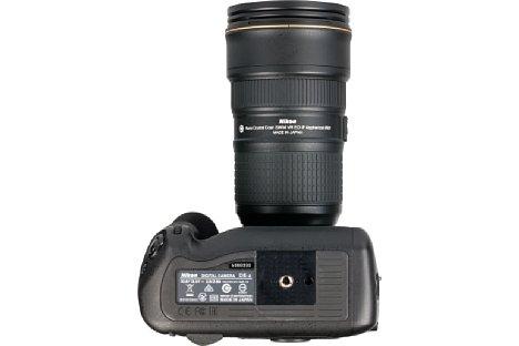"""Bild Das Stativgewinde der Nikon D5 liegt selbstverständlich in der optischen Achse und bietet sogar eine Aufnahme für den """"Videopin"""", der eine exakte Ausrichtung der Kamera auf entsprechenden Wechselplatten erlaubt. [Foto: MediaNord]"""