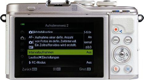 Bild Der Touchscreen der Olympus Pen E-PL10 lässt sich um 90 Grad nach oben und um 180 Grad nach unten klappen. [Foto: MediaNord]
