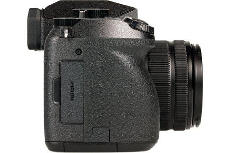 Bild Hinter der kleinen Klappe verbergen sich bei der Panasonic Lumix DMC-G70 gleich drei Anschlüsse: Kabelfernbedienung, USB/AV-Kombibuchse und eine Micro-HDMI-Schnittstelle. [Foto: MediaNord]