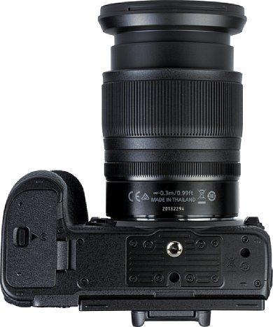 Bild Das Stativgewinde der Nikon Z 7II liegt vorbildlich in der optischen Achse, sogar ein Videopin ist als Verdrehsicherung vorhanden. Auch der Abstand zum Akkufach ist trotz der kompaktem Kameraabmessungen komfortabel groß. [Foto: MediaNord]