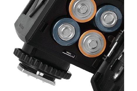 Bild Der Metz mecablitz M400 wird über vier Mignon-Zellen (Akku oder Batterie) mit Strom versorgt. [Foto: Metz]