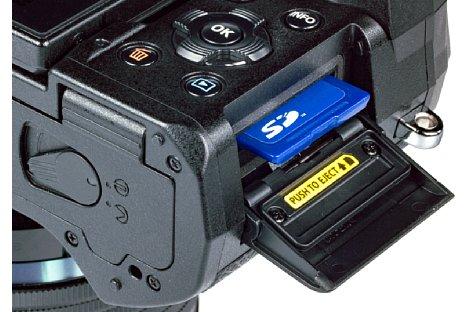 Bild Die SD-Speicherkarte der Olympus OM-D E-M5 Mark III wird praktischerweise seitlich entnommen. Sogar schnelle UHS-II-Karten können verwendet werden. [Foto: MediaNord]