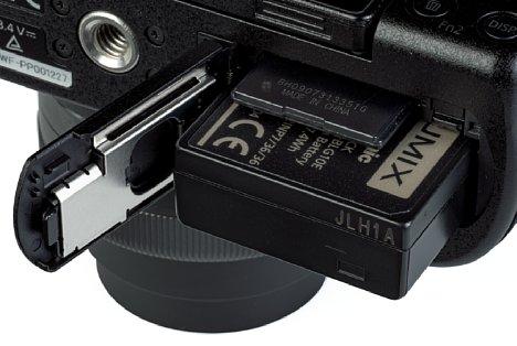 Bild Akku und Speicherkarte teilen sich bei der Panasonic Lumix DC-G110 ein gemeinsames Bodenfach. Die Akkulaufzeit ist aber nur mittelmäßig, die Speicherkartengeschwindigkeit ebenfalls. [Foto: MediaNord]