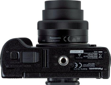Bild Trotz des kompakten Gehäuses sitzt das Stativgewinde der Panasonic Lumix DC-G110 in der optischen Achse. Der Abstand zum Akku- und Speicherkartenfach ist jedoch sehr knapp. [Foto: MediaNord]