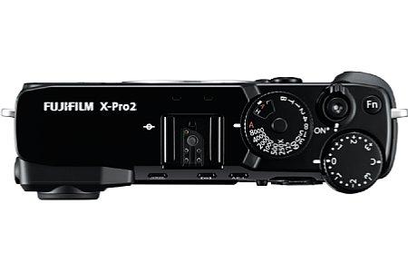 Bild Auf den ersten Blitz sieht das Gehäuse der Fujifilm X-Pro2 recht flach aus, in Wahrheit ist die über 14 Zentimeter breite Kamera aber über 4,5 Zentimeter Dick. [Foto: Fujifilm]