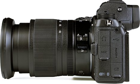 Bild Die Nikon Z 6II bietet zahlreiche Schnittstellen. So lassen sich ein Stereomikrofon sowie ein Kopfhörer anschließen, aber auch Mini-HDMI und das moderne USB-C zur Stromversorgung sind verbaut. Eine Nikon-Zubehörbuchse fehlt auch nicht. [Foto: MediaNord]