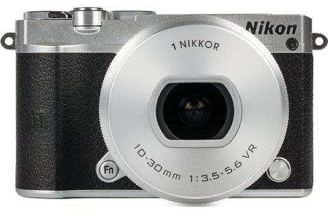 Bild Das 10-30-mm-Setobjektiv wirkt an der zierlichen 1 J5 aus dieser Perspektive fast fett. Das liegt sicherlich auch am relativ kleinen Linsendurchmesser. [Foto: MediaNord]