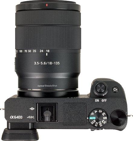 Bild Die Oberseite der Sony Alpha 6400 präsentiert sich aufgeräumt und elegant. [Foto: MediaNord]