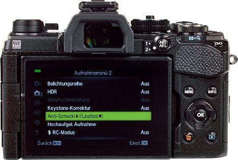 Bild Der rückwärtige Touchscreen der Olympus OM-D E-M5 Mark III lässt sich flexibel für Aufnahmen aus allen möglichen Perspektiven schwenken und drehen. Auch ein umgedrehtes Anklappen zum Schutz ist möglich, dann mutiert die E-M5 zur reinen Sucherkamera. [Foto: MediaNord]