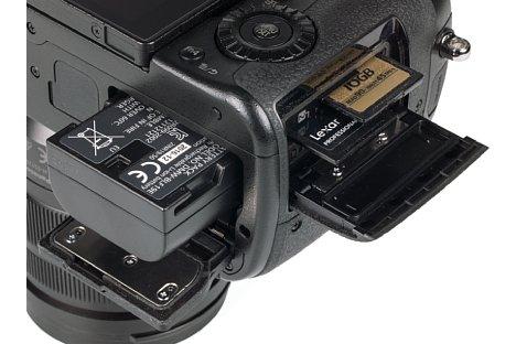 Bild Akku und Speicherkarten lassen sich bei der Panasonic Lumix DC-GH5 getrennt voneinander entnehmen. [Foto: MediaNord]