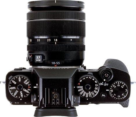 Bild Typisch für eine Retrokamera wie die Fujifilm X-T3 sind die auf der Oberseite angeordneten Direktwahlräder für die Belichtungsparameter. [Foto: MediaNord]