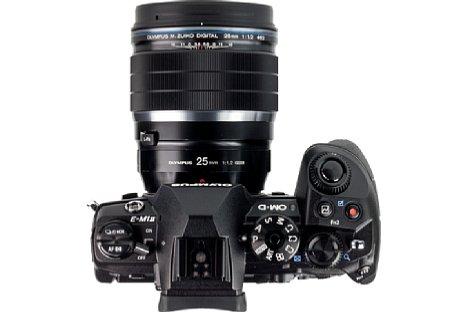 Bild Das Olympus 25 mm 1.2 ED Pro ist ein ziemlich wuchtiges Objektiv, das sich daher an einerOM-D E-M1 Mark II besser macht als an einer E-M5 oder gar E-M10. [Foto: MediaNord]