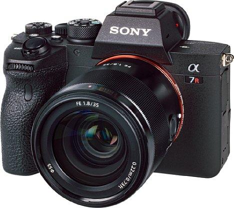 Bild DasSony FE 35 mm F1.8 besitzt nicht nur einen elektronischen Fokusring, sondern auch einen AF-MF-Schalter sowie eine Funktionstaste, die sich an der Alpha 7R IV mit einer von 100 Funktionen belegen lässt. [Foto: MediaNord]
