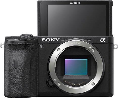 Bild Für Selfies oder Videoaufnahmen ohne Kameramann lässt sich der Bildschirm der Sony Alpha 6600 um 180 Grad nach oben klappen. [Foto: Sony]