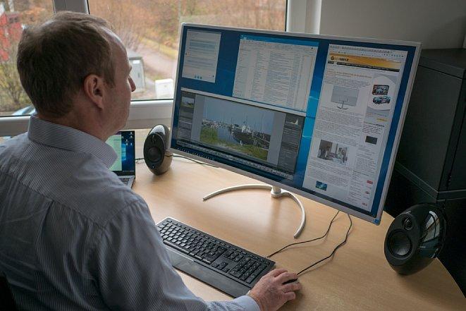 Bild Der Philips BDM4037UW bietet viel Platz für Programmfenster. Die leicht gewölbte Bildschirm-Form hat sich in unserem Langzeittest bestens bewährt. Bei heller Sonne sollten man aber nicht mit weißen Hemd vor dem etwas spiegelnden Monitor sitzen. [Foto: MediaNord]