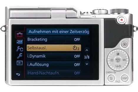 Bild Auf einen Sucher muss man bei der Panasonic Lumix DC-GX800 verzichten. Dafür lässt sich der 7,5 Zentimeter große Touchscreen um bis zu 180 Grad nach oben klappen, was bodennahe Aufnahmen sowie Selfies erleichtert. [Foto: MediaNord]
