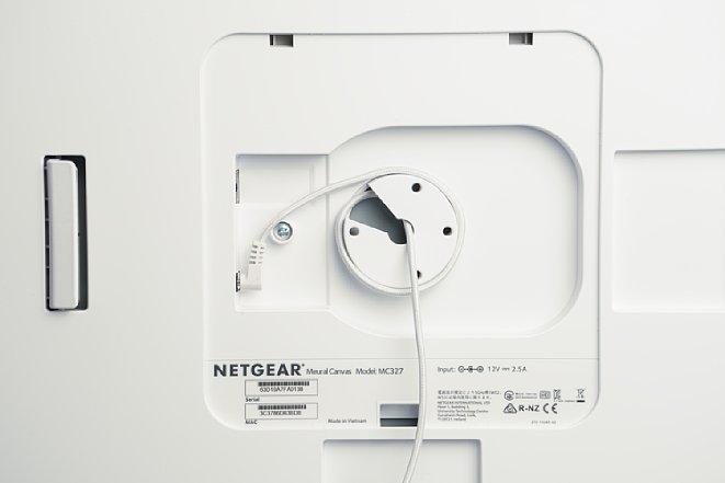 Bild Die Rückseite ohne Verkleidung zeigt die Zugentlastung für die Kabel und die Vorrichtung für die optionale drehbare Wandhalterung. [Foto: MediaNord]
