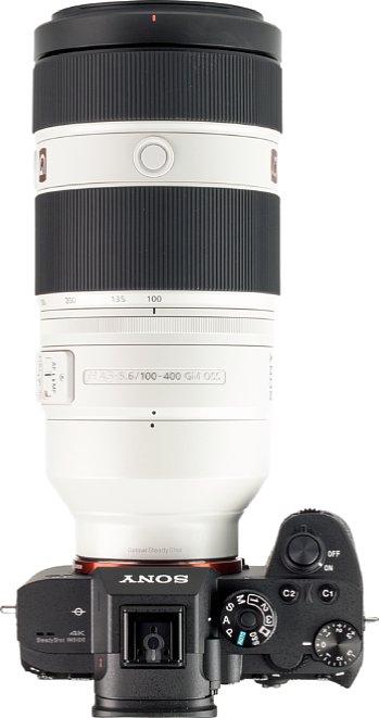Bild Der Zoomring des Sony FE 100-400 mm F4.5-5.6 GM OSS liegt ergonomisch in der Mitte, der Fokusring und die Schalter und Tasten lassen sich sehr gut erreichen. [Foto: MediaNord]