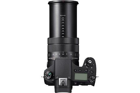 Bild Das F2,4-F4 lichtstarke 25-fach-Zoom der Sony RX10 IV deckt einen kleinbildäquivalenten Brennweitenbereich von 24 bis 600 Millimeter ab. Ein 4,5 Blendenstufen effektiver Bildstabilisator ist ebenfalls verbaut. [Foto: Sony]