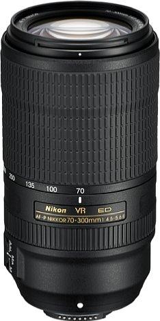 """Bild Mit 680 Gramm """"Kampfgewicht"""" fällt das Nikon AF-P 70–300 mm 1:4,5-5,6E ED VR angesichts der Länge von 14,5 und des Durchmessers von acht Zentimetern erstaunlich leicht aus; trotzdem fehlen der Staub- und Spritzwasserschutz nicht. [Foto: Nikon]"""
